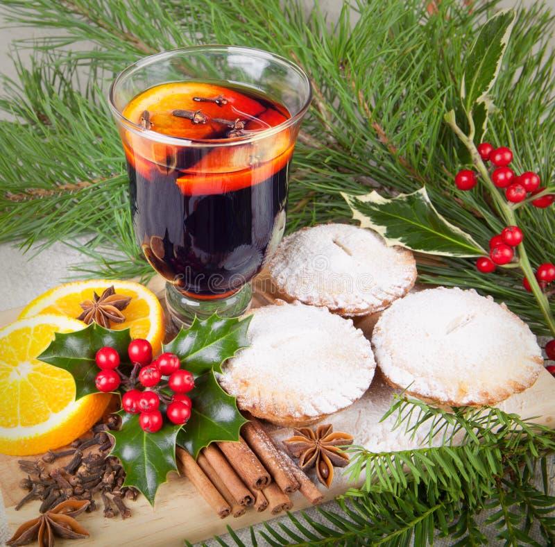Vin chaud de Noël avec les petits gâteaux faits maison image libre de droits
