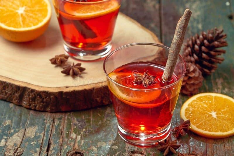 Vin chaud de Noël sur une table en bois rustique Concept de vacances photos libres de droits