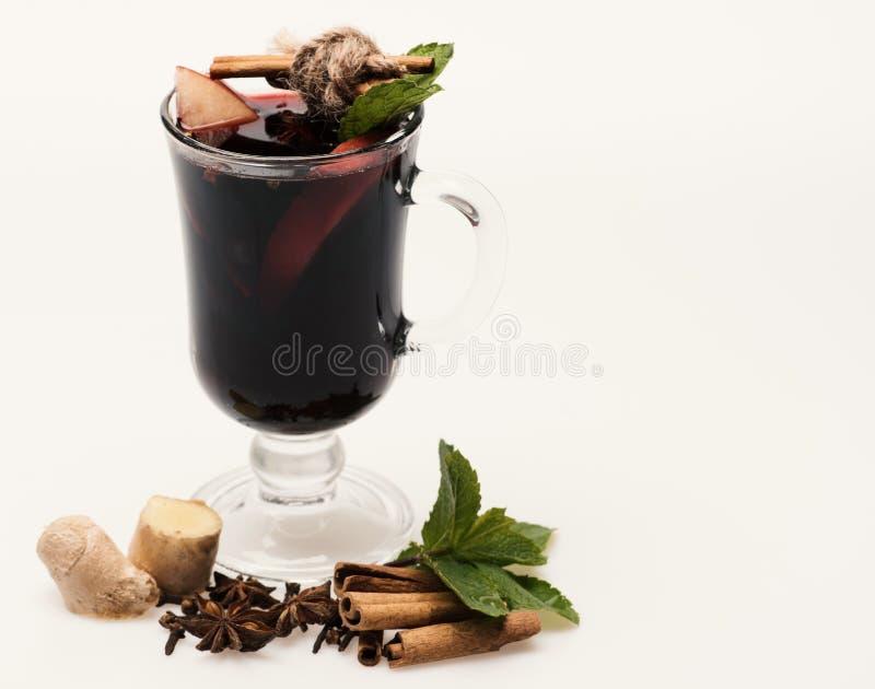 Vin chaud en verres avec le décor Bâtons de cannelle, feuilles en bon état, images libres de droits