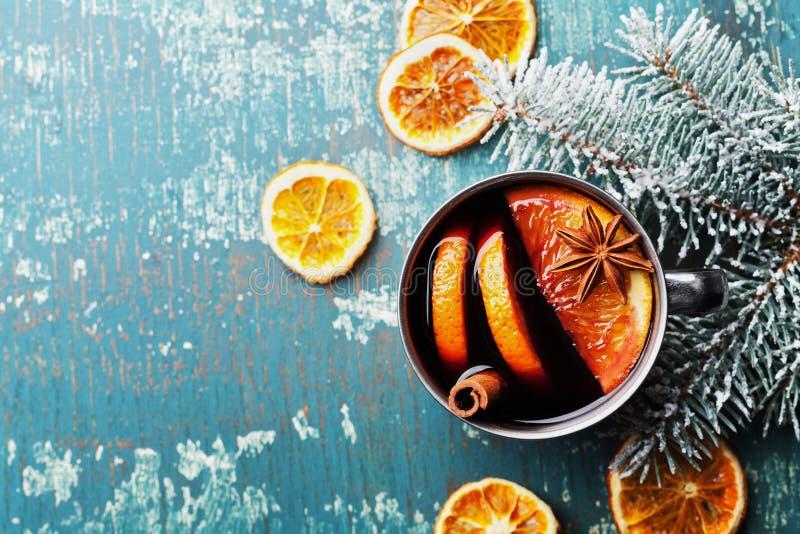 Vin chaud ou gluhwein chaud de Noël avec des épices et des tranches oranges sur la vue supérieure de table de sarcelle d'hiver de images stock