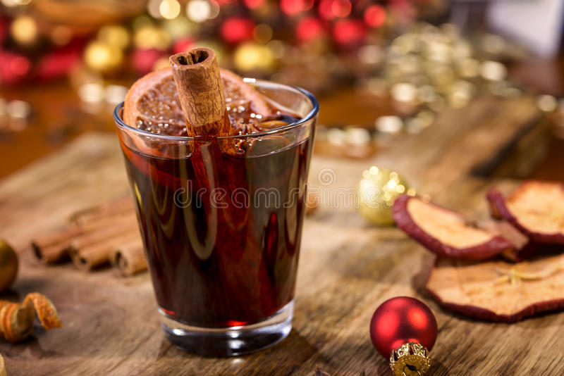 Download Vin chauffé image stock. Image du clove, rouge, rustique - 77160485