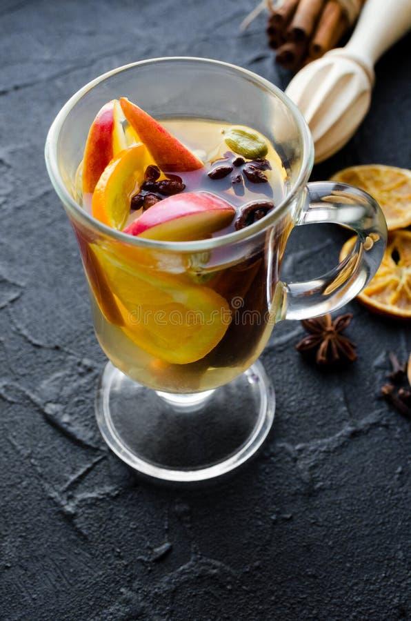 Vin chauffé avec l'orange image stock