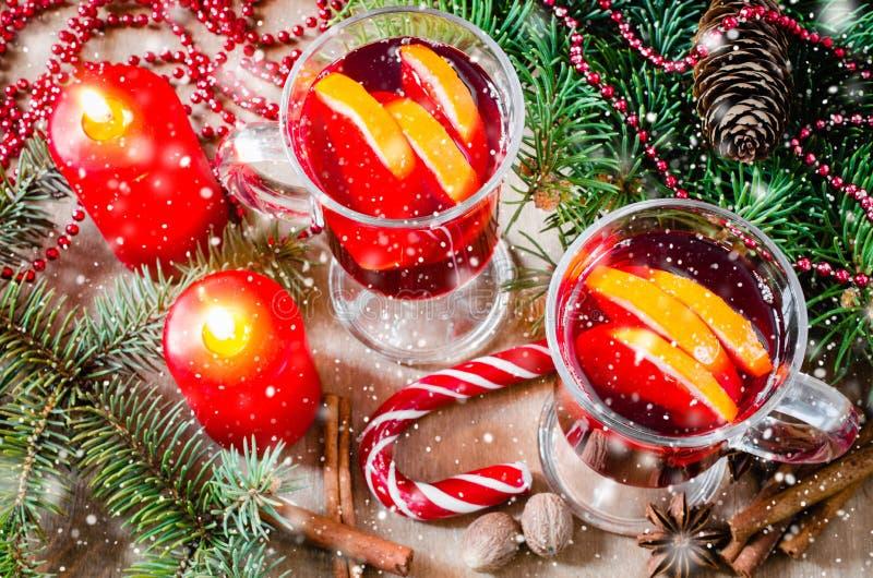 Vin chauffé par Noël Effet en baisse de neige tirée Carte postale de Noël photographie stock