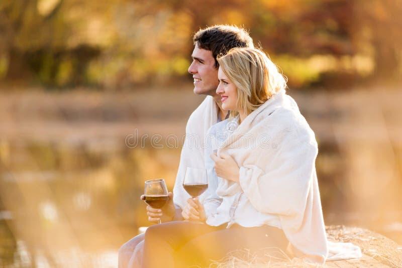 Vin de couples dehors photos stock