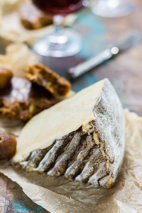 Vin de liqueur doux de dessert en verre, fromage français dur Tomme De photographie stock libre de droits