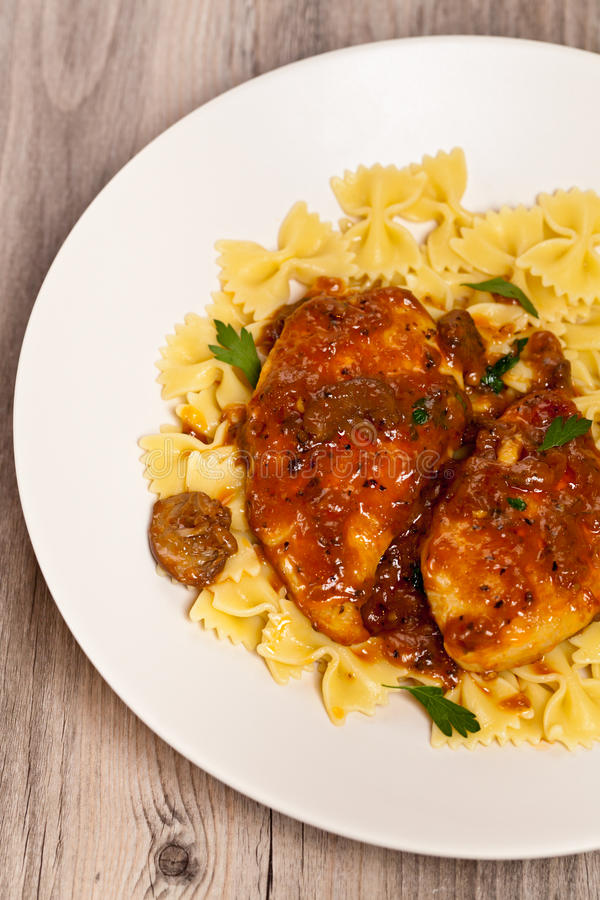 Vin de Marsala de poulet avec des champignons image stock