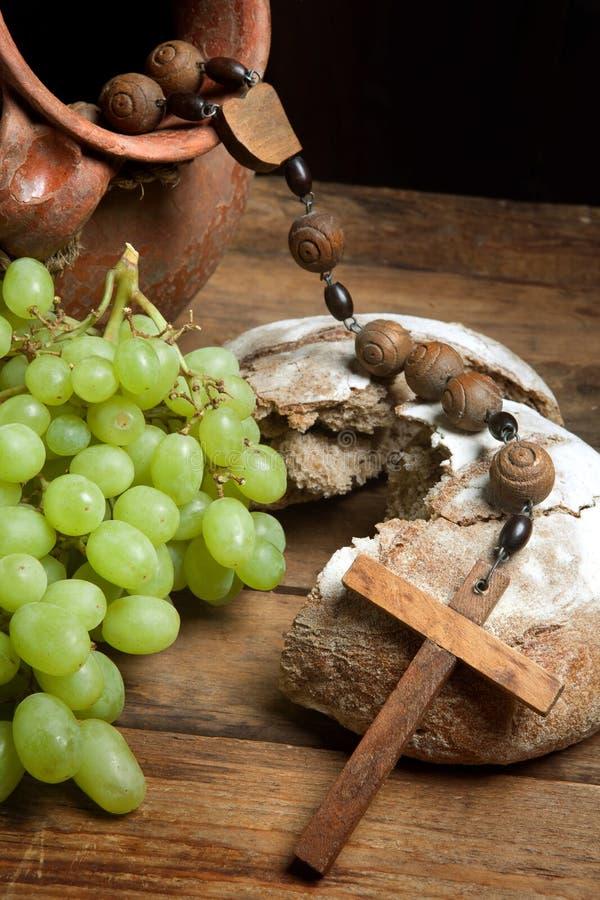 Vin de raisins et pain saint photo libre de droits