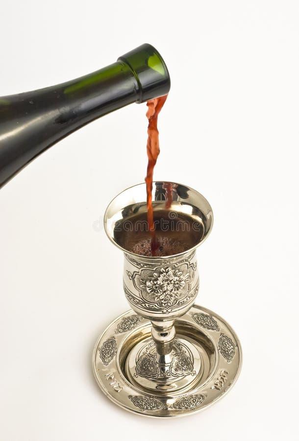 Vin de Shabbats dans la cuvette photo libre de droits