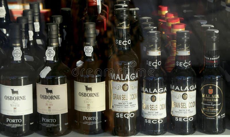 Vin espagnol dans une fen tre de boutique image ditorial image du groupe objets 44710740 for Fenetre en espagnol