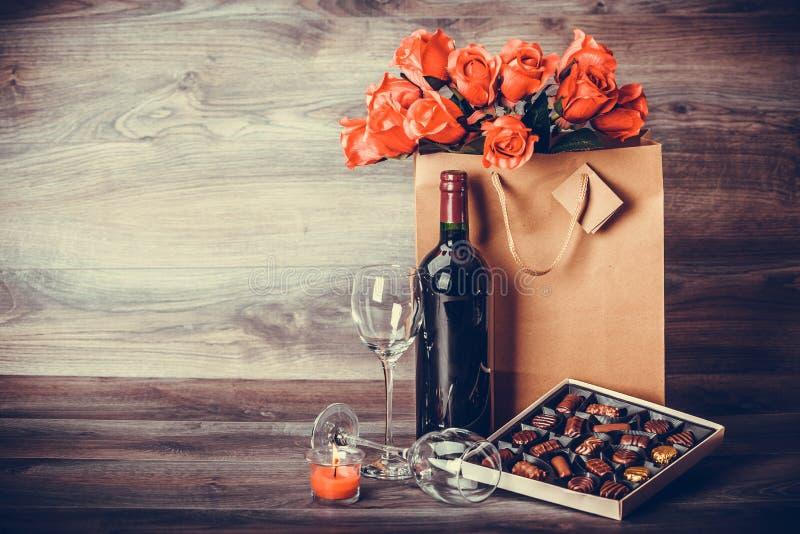 Vin et boîte de chocolats image libre de droits