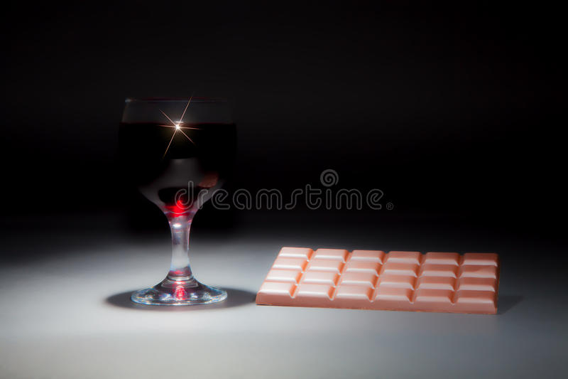 Vin et chocolat Image rêveuse douce d'un verre de vin rouge et images stock