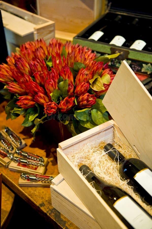 Vin et fleurs image libre de droits