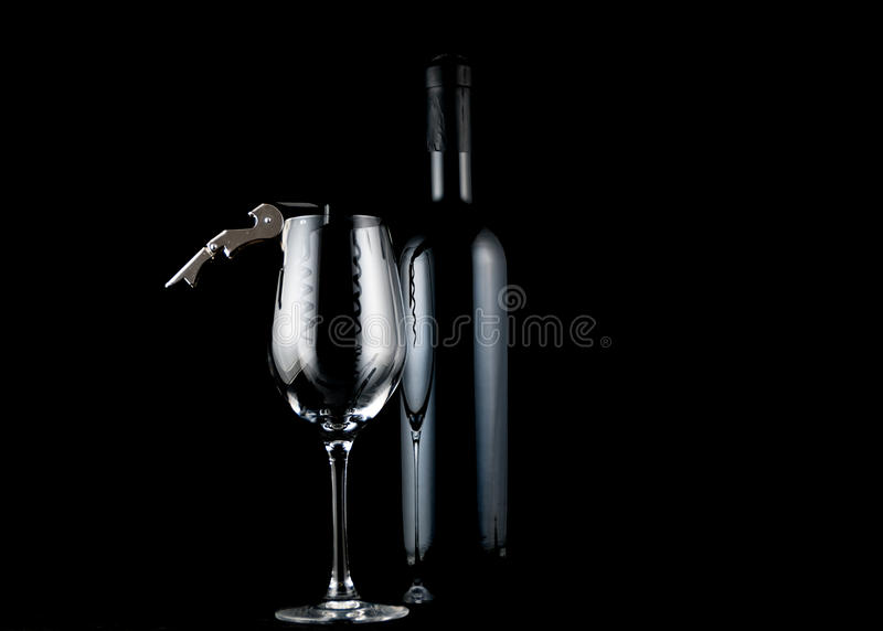 Vin, exponeringsglas och korkskruv royaltyfria foton