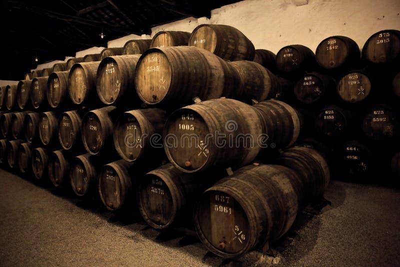 Vin fortifié en bois de port de prise de barils photos stock