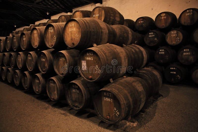 Vin fortifié en bois de port de prise de barils images stock