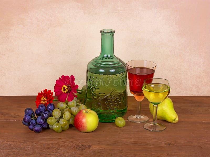 Vin, frukter, druvor och blommor; stilleben royaltyfri fotografi