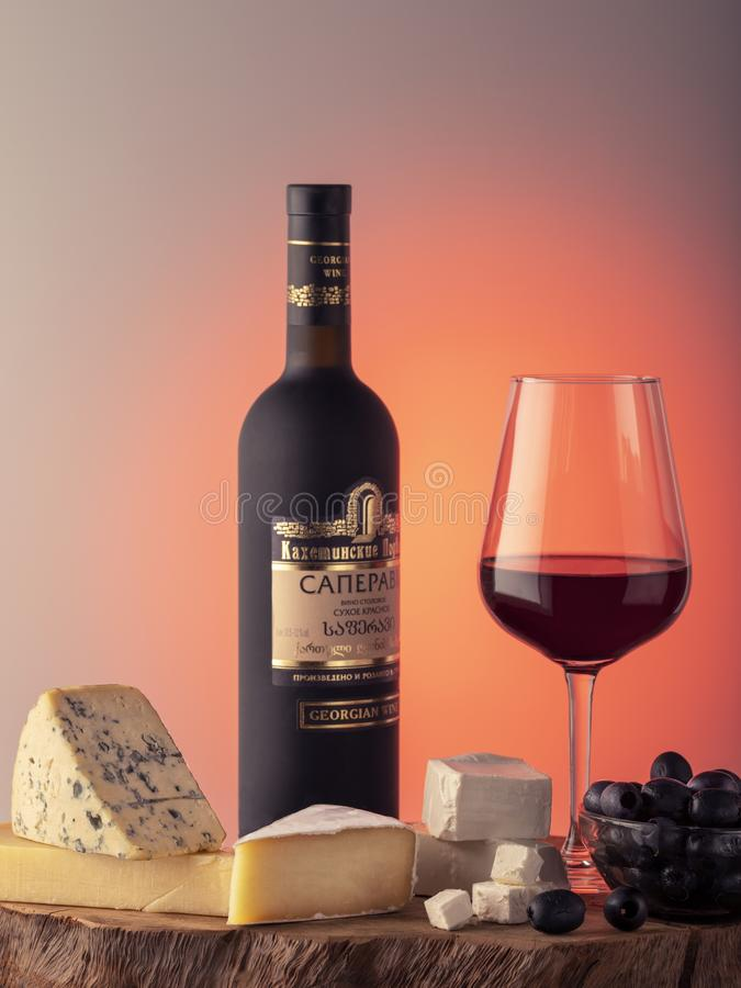 Vin géorgien, un verre de vin rouge, fromage photo libre de droits