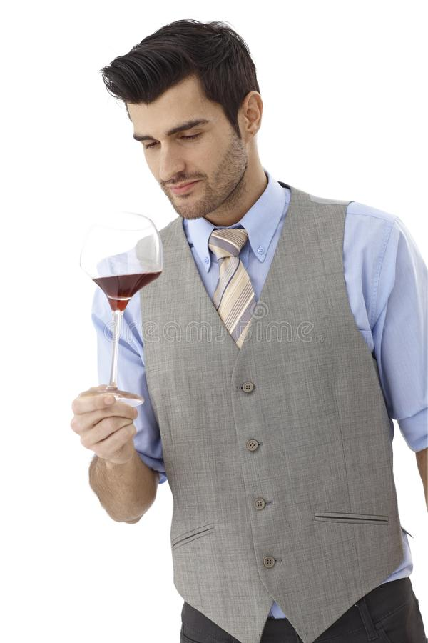 Vin-goûteur avec le verre de vin photo stock