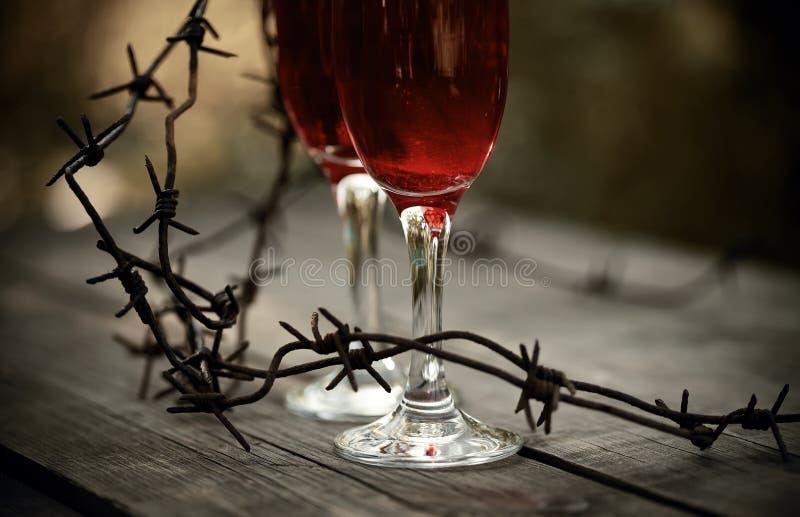 Vin i exponeringsglas och försedd med en hulling - tråd arkivbild