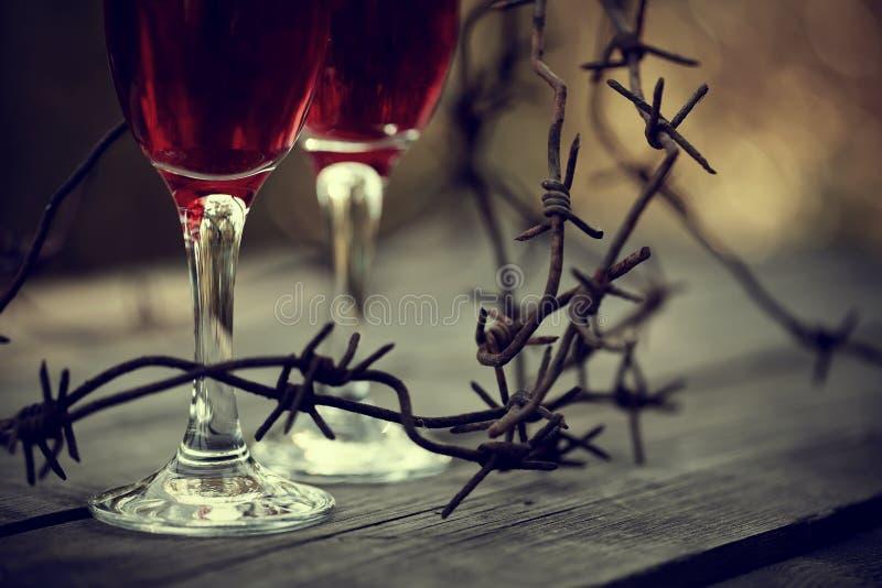 Vin i exponeringsglas och försedd med en hulling - tråd arkivfoto