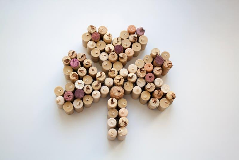 Vin korkar treklöverkonturn på vit bakgrund arkivfoto
