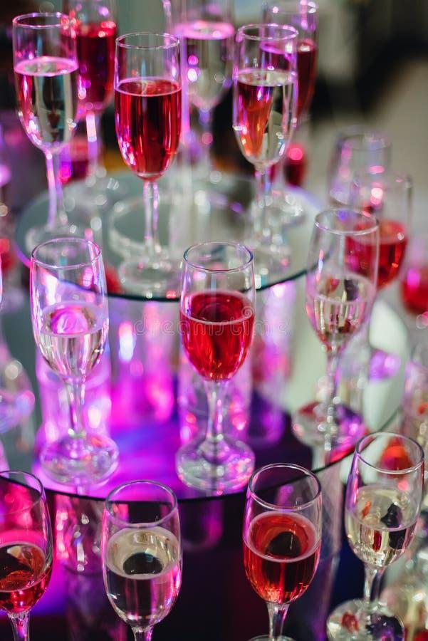 Vin- och champagneexponeringsglas i stången av restaurangen för ferien arkivbild