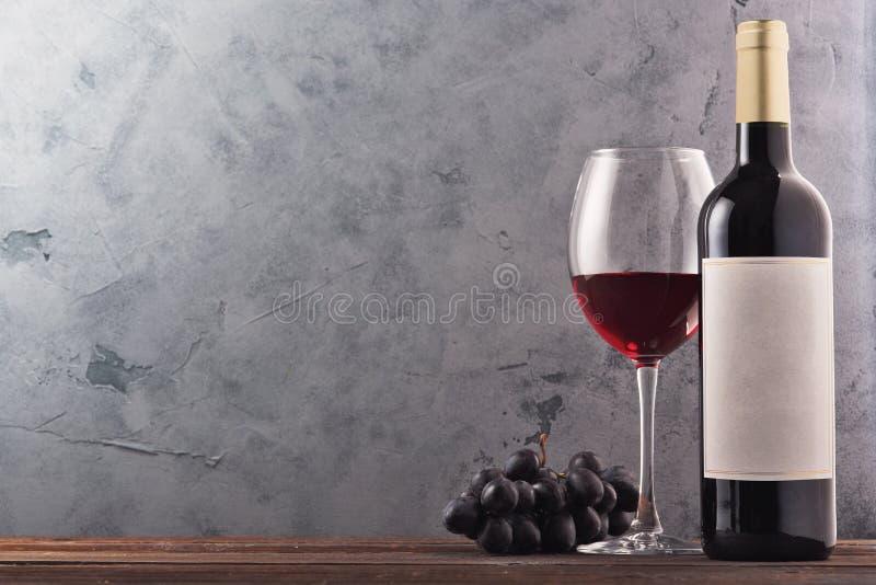 Vin och druvor i tappninginställning med korkar på trätabellen fotografering för bildbyråer