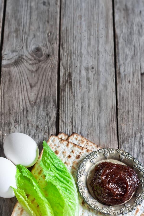vin och matzoh (judiskt påskhögtidbröd) royaltyfri fotografi