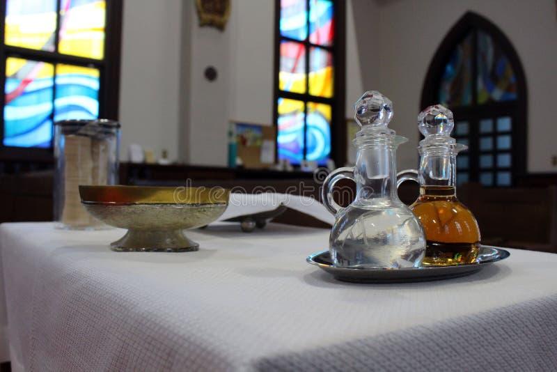 Vin och värd för massen på en japansk katolsk kyrka royaltyfria foton