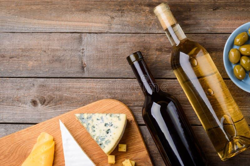 Vin, ost och oliv royaltyfri bild