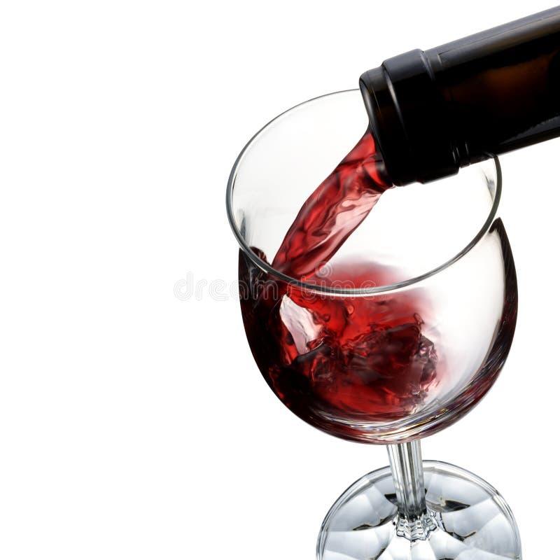 Vin pleuvant à torrents dans la glace de vin photo stock