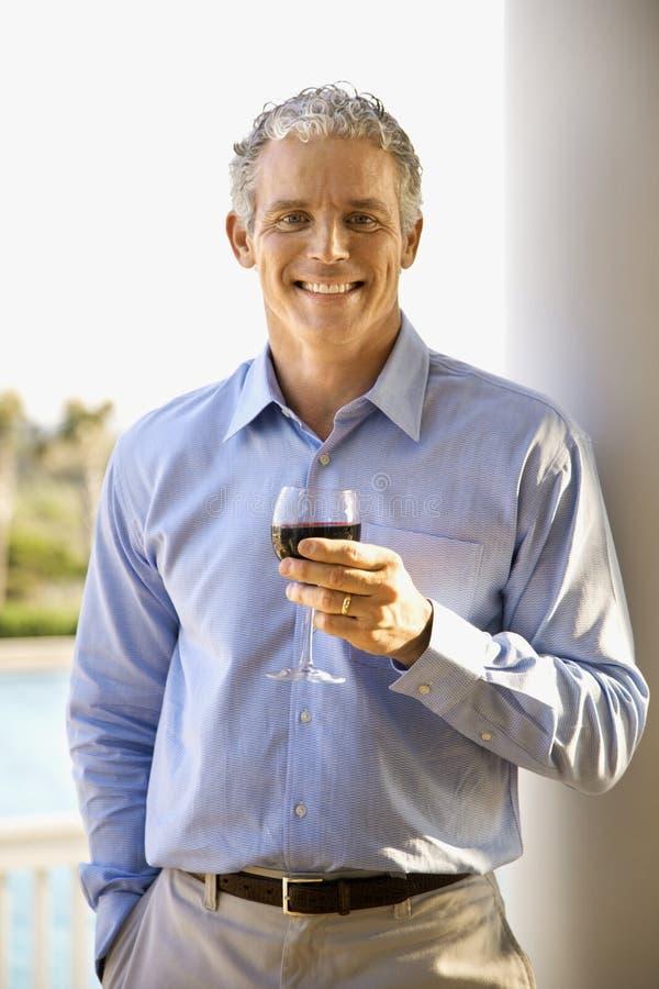 Vin potable âgé moyen d'homme photographie stock