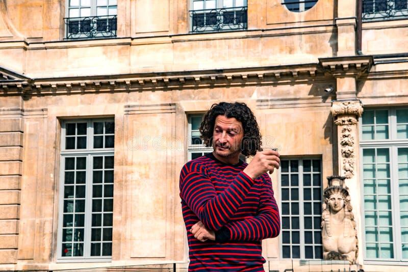 vin potable d'homme aux cheveux bouclés dans le musée de Picasso image stock