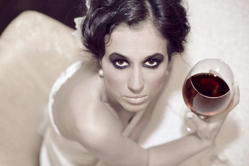 Vin potable de belle femme images stock