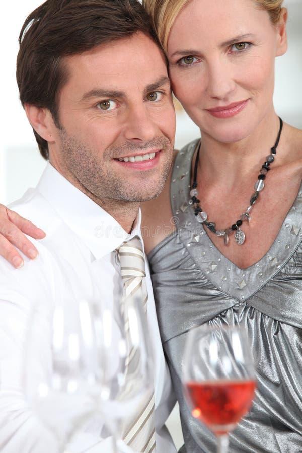 Vin potable de couples photographie stock