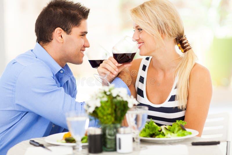 Vin potable de couples photos stock