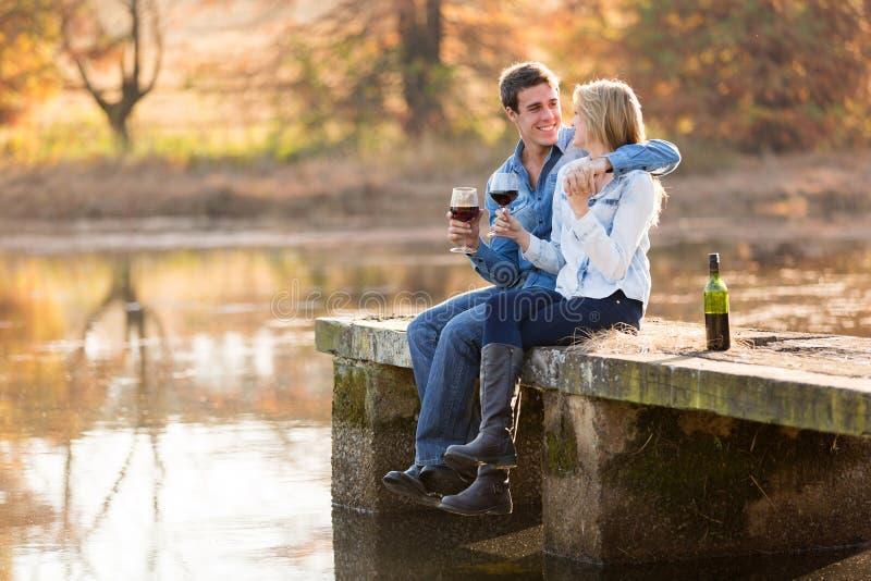 Vin potable de couples image stock