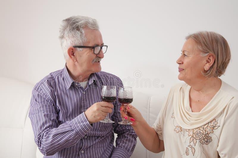 Vin potable de couples et grillage photographie stock libre de droits