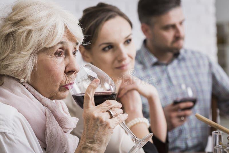 Vin potable de femme supérieure photo stock