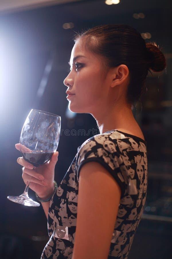 Vin potable de fille sexy photographie stock