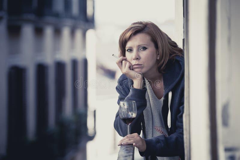 Vin potable de souffrance de dépression de jeune femme dehors au balcon photos libres de droits