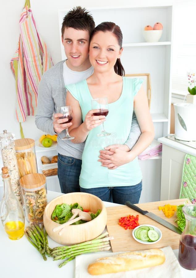 Vin potable enamouré de couples dans la cuisine images libres de droits