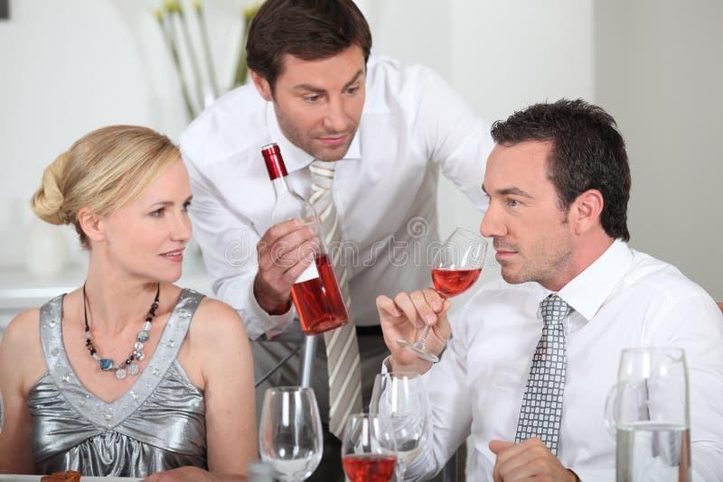 Vin potable reposé par couples image libre de droits
