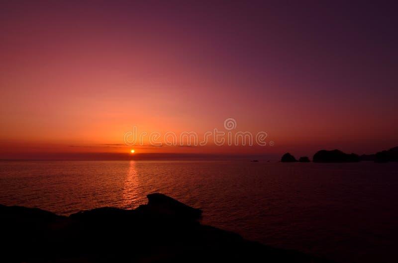 Vin-röd solnedgång arkivbild