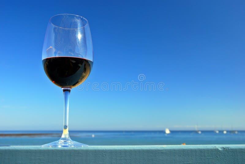 Vin rouge à la plage photo stock