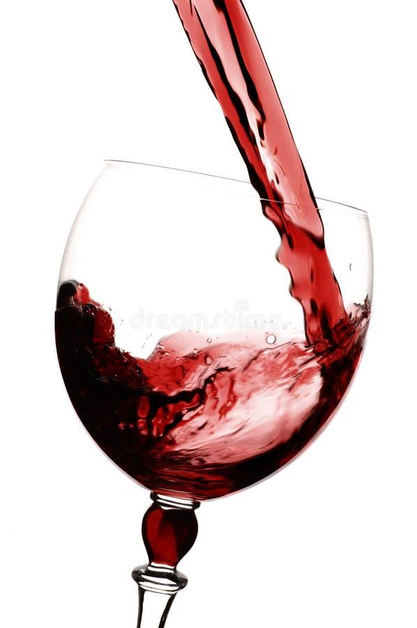 Vin rouge étant versé dans des glas image libre de droits