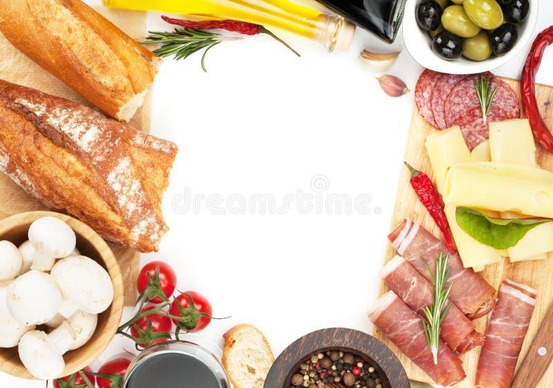 Vin rouge avec du fromage, le prosciutto, le pain, les légumes et les épices photographie stock libre de droits