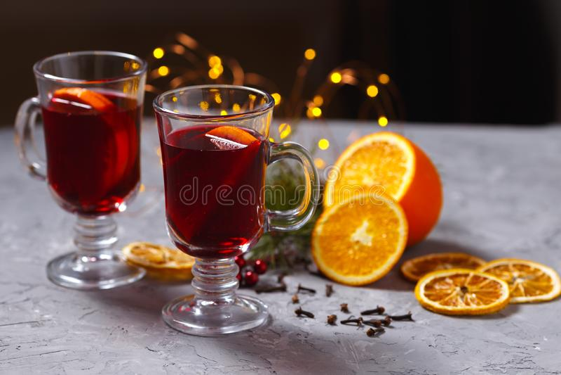 Vin rouge chauffé avec les épices et l'orange sur le fond foncé Boisson de chauffage photo libre de droits
