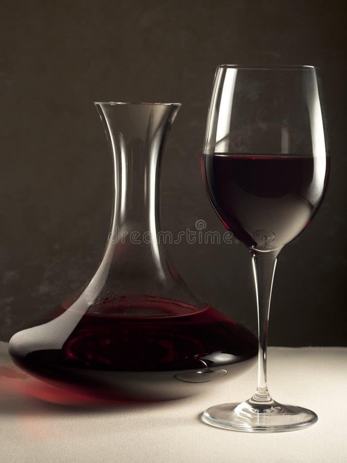 Vin rouge en décanteur et glace image libre de droits