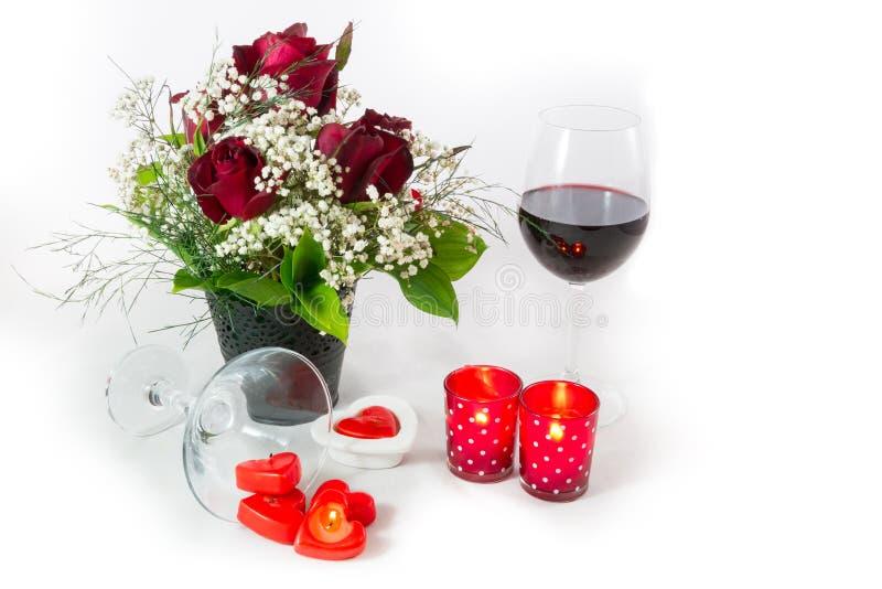 Vin rouge et bougies de bouquet de jour de valentines sur le fond blanc image libre de droits